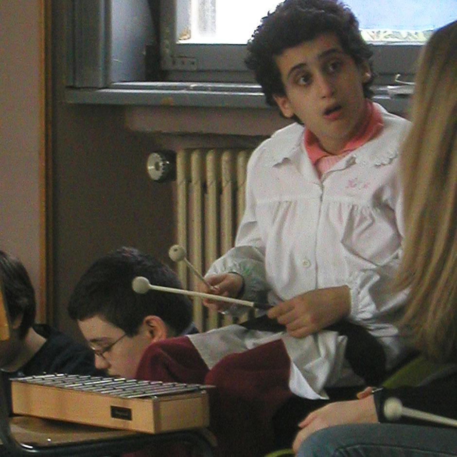 Michela suona lo xilofono al laboratorio di musica