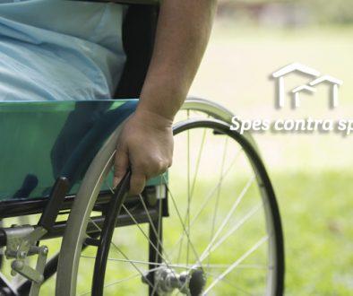 chiuda-sulla-donna-anziana-sola-che-si-siede-sulla-sedia-a-rotelle-al-giardino-in-ospedale_1150-4375