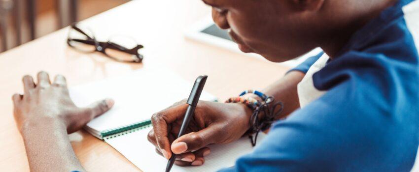 ragazzo afroamericano che studia